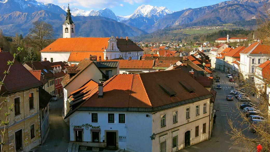 Analiza nepremičninskega trga v Domžalah in Kamniku: kaj se dogaja s cenami in prometom stanovanj